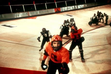 Des corporations économiques dirigent des équipes de rollerball, un sport violent ne permettant pas l'émergence de vedettes individuelles.