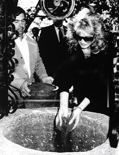 Beatrice Welles recouvrant de terre les cendres de son père