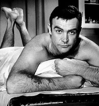 """Sean Connery a deux tatouages sur l'avant-bras (fait à 16 ans quand il s'est enrôlé dans la Navy) : """"Mum and Dad"""" et """"Scotland Forever"""""""